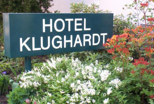 Blumenbeet mit Pylone am Eingang des HOTEL KLUGHARDT